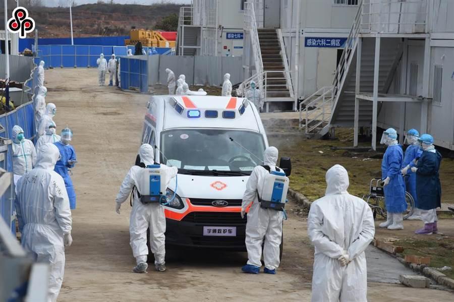武漢火神山醫院再接收一批新冠肺炎確診患者。(新華社記者黎雲攝)