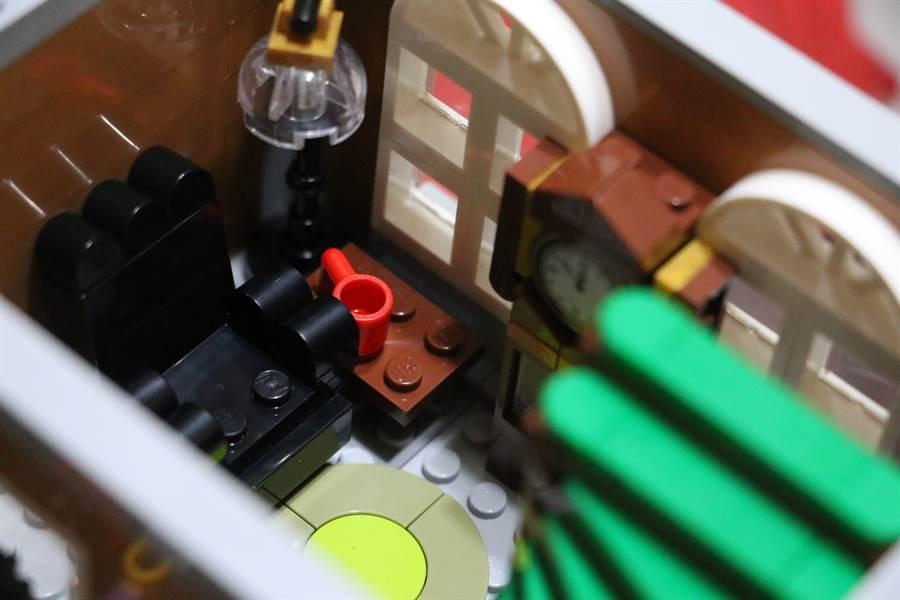 LEGO 10270 書店細節相當多,此為部分內層設計。(黃慧雯攝)