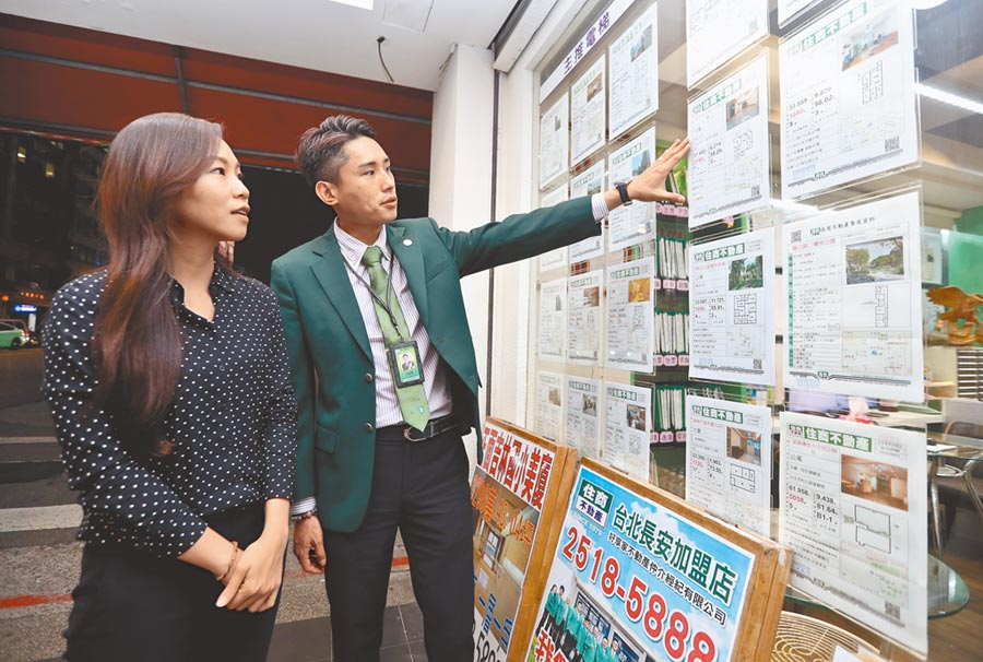 1111人力銀行也公布調查,有23.4%上班族想轉進不動產,圖為房仲員向客戶介紹物件。(本報資料照片)