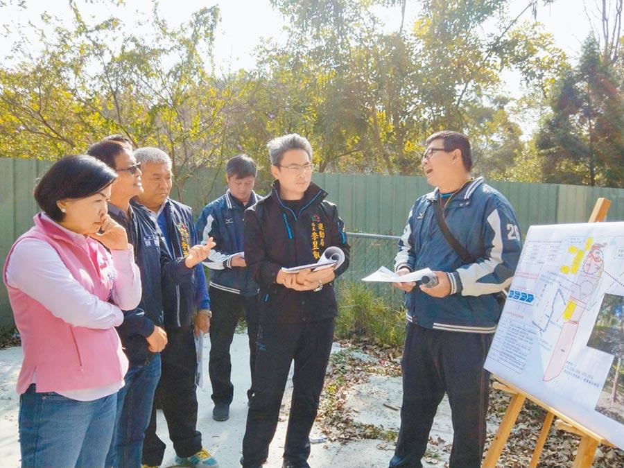 立委楊瓊瓔(左一)10日邀集相關單位,會勘潭子簡易棒壘球場用地。(陳淑娥攝)
