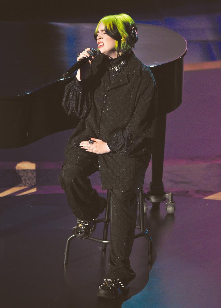 横扫葛莱美奖的怪奇比莉翻唱披头四经典名曲〈Yesterday〉。 (美联社)