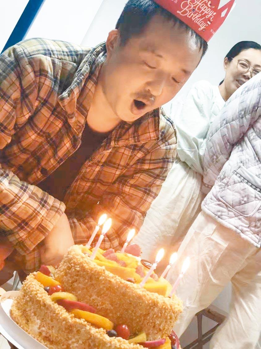 王大偉吹生日蠟燭。