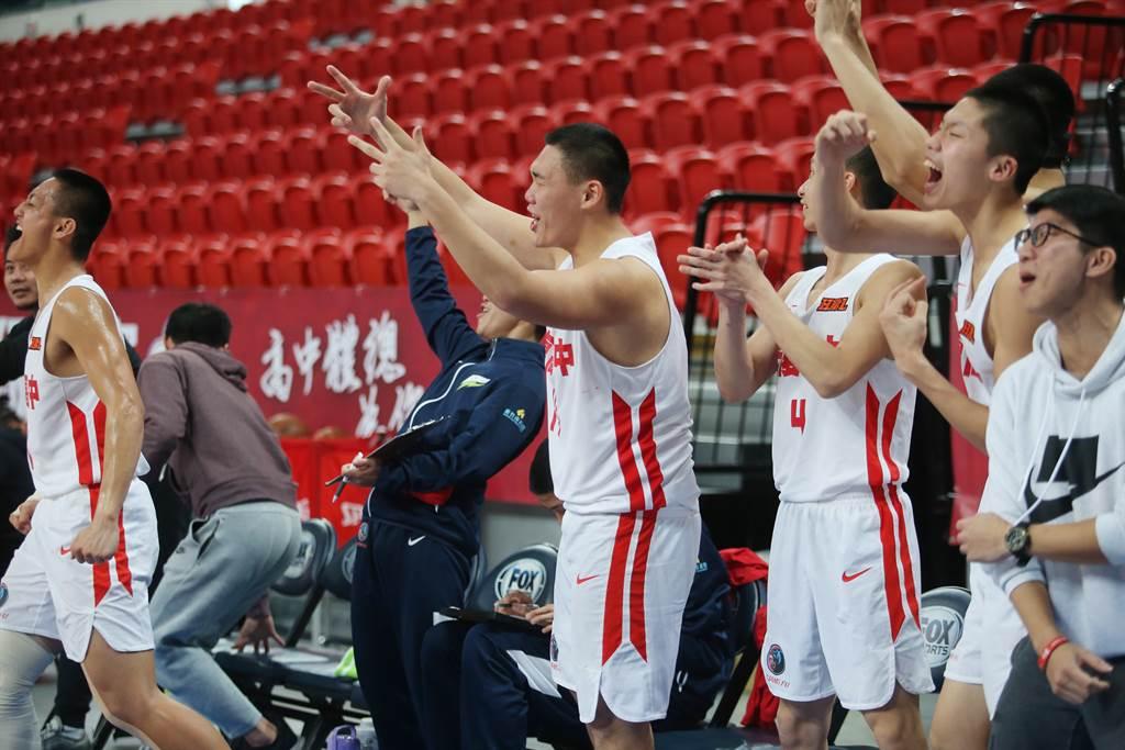 光復高中男籃隊板凳區球員開心歡呼。(陳怡誠攝)