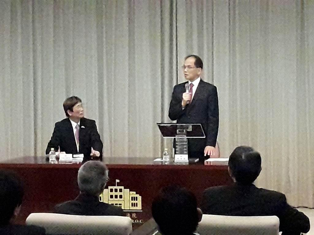 新冠肺炎持續蔓延,立法院長游錫堃(右)今天接見日本台灣商會聯合總會時表示,這次新冠肺炎對「台灣認同」幫助很大。(朱真楷攝)