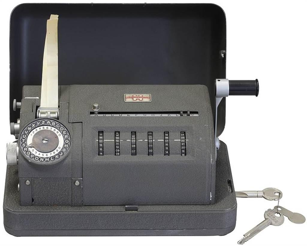 克裡普托生產的CX-52加密機,曾被廣泛應用在各國的機密通信。圖/取材自維基百科Photograph by Rama, Wikimedia Commons, Cc-by-sa-2.0-fr