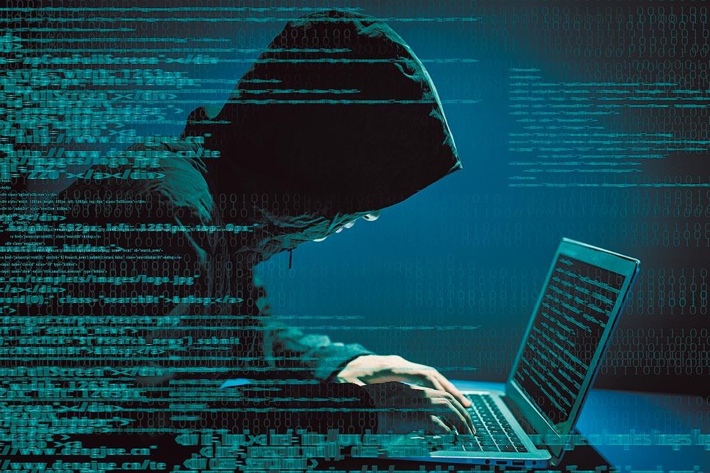 總統府電腦遭駭,情治國安系統清查電腦軟體設備外,連實體網路端也不放過,國安局還首次派專人與中華電信工程人員,鑽入地下光纖網路涵管,以土法鍊光方式一吋一吋檢查,看是否被裝設不明裝置,顯見這次網路攻擊的嚴重性。。(CFP)
