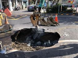 老舊自來水管破裂 台南垃圾車被「坑」