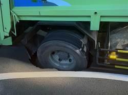 南市大型垃圾車陷道路坑洞