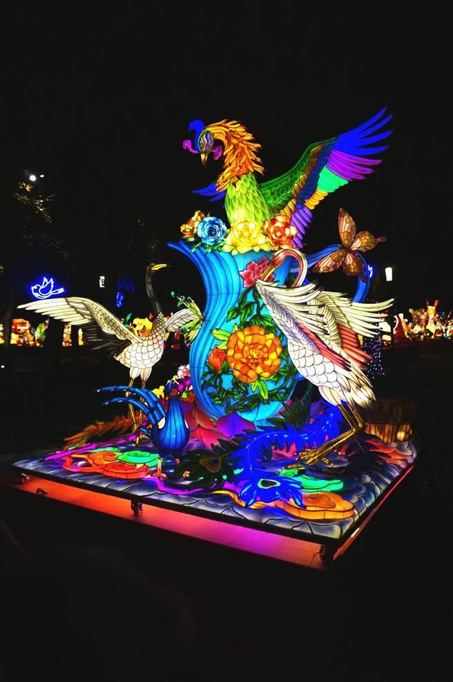 台中監獄蟬聯機關團體組燈王,創作團隊以祥瑞鳳凰為主角,祈福美麗的寶島,精緻做工與創意,令人驚嘆。(王文吉攝)