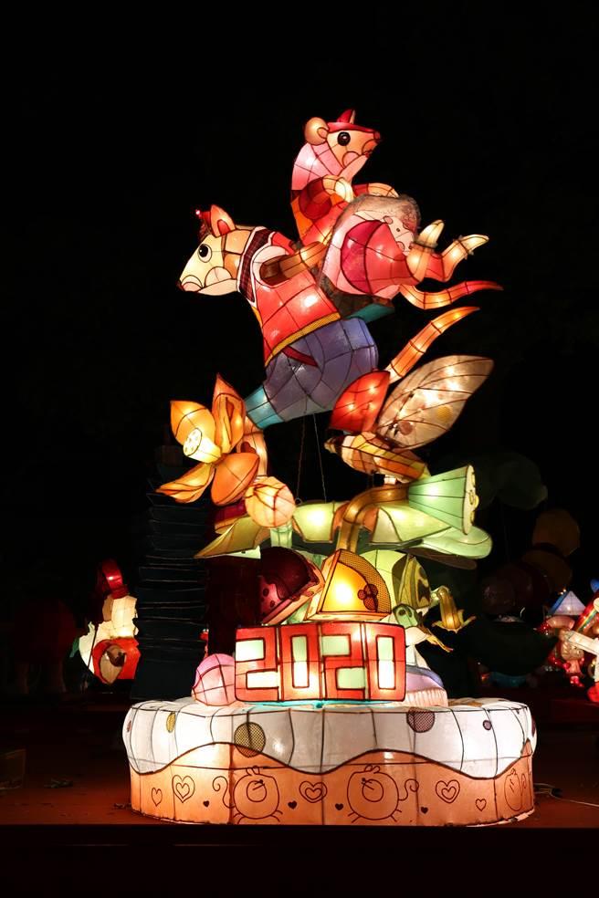 台南市光華高中製作「喜從天降」,以迎親隊伍為主題,再度拿下高中職組燈王。(王文吉攝)