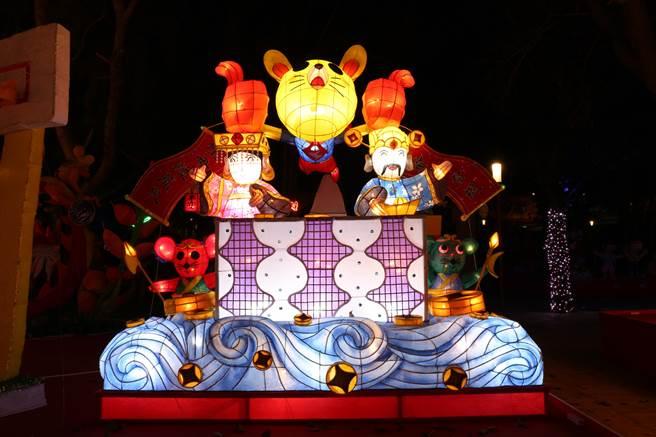 大專社會組燈王為台中市仁美國小「銀花萬簇迎金鼠」,以飛鼠帶著財神爺和媽祖飛高高為主題,底座以雲朵架高,具視覺效果。(王文吉攝)