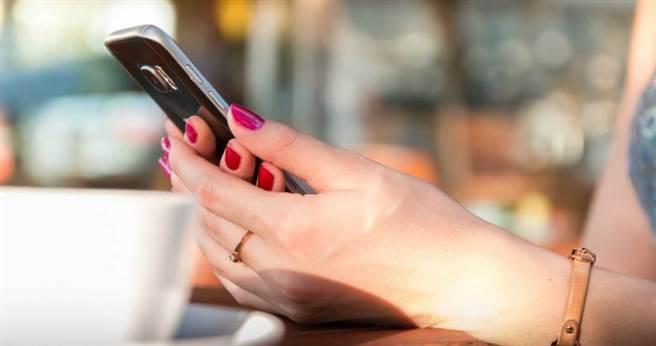 人夫偷吃大3歲的姐姐,還將性愛影片放在手機內被正宮發現。(示意圖/pixabay)
