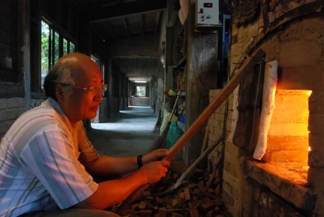 南投縣政府將水里蛇窯「傳統柴窯燒成」登錄為傳統工藝,林國隆為技藝保存者。(林國隆提供/廖志晃南投傳真)