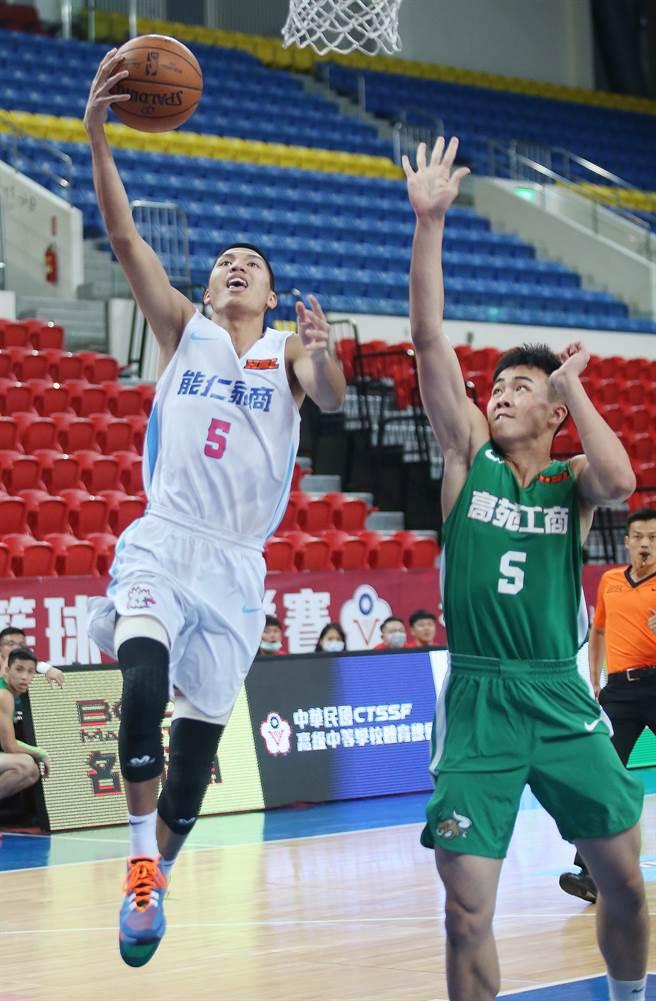 能仁王凱裕(左)攻下15分、11籃板,助隊逆轉勝高苑工商,8強賽勇奪4勝單獨領先。(陳怡誠攝)