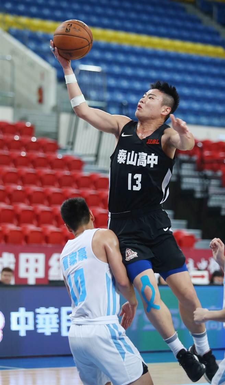 泰山劉丞勳(右)8強賽階段場場得分、籃板「雙十」,好表現有目共睹。(陳怡誠攝)