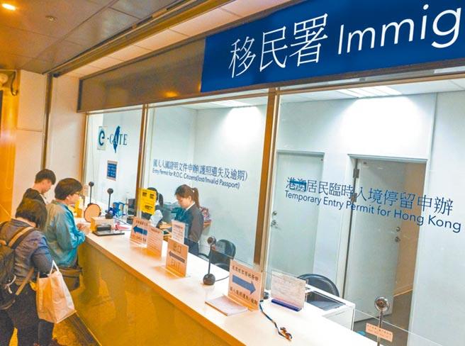 對大陸人士出入境管制,12日零時起採取新措施,圖為桃園機場移民署辦理旅客出入境。(本報系資料照片)