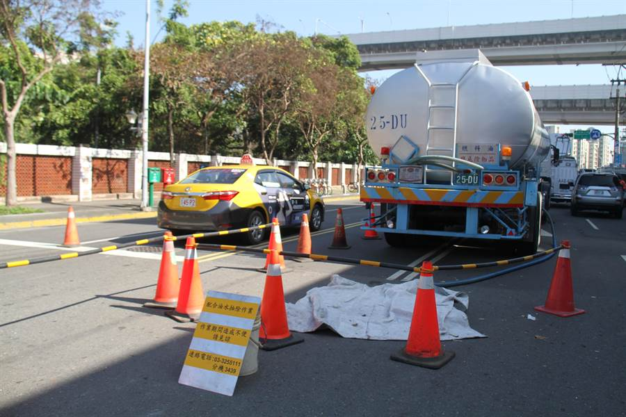 中油公司位於北市內湖區新明路的油管8日發生漏油,至今尚未找出漏油點。(譚宇哲攝)