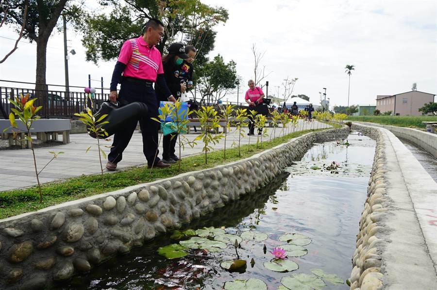 十四張圳水岸公園設置景觀池,流水潺潺並育養錦鯉等。(王文吉攝)
