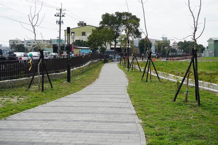 台中市政府斥資2000萬元打造十四張圳水岸公園。(王文吉攝)