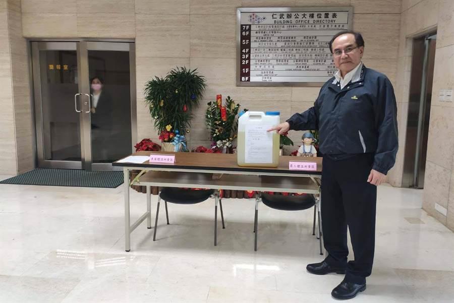 台塑仁武廠協理蔡奇麟表示,台塑仁武廠自製的漂白水有很好的殺菌力,過去長期來就有提供高市府抗登革熱、禽流感消毒使用。(林雅惠攝)
