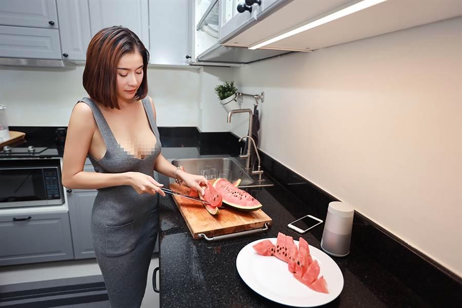 廚房調情背後環抱妻 一頂下秒悲劇(示意圖非當事人/達志影像)
