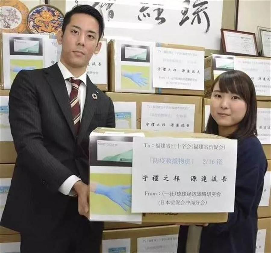 日本國內因疫情嚴重,也有口罩缺乏的問題,但是許多政府與民間單位都熱情地對災情更重的大陸提供援助。(圖/網路)