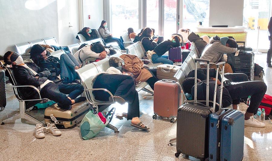 菲律賓政府10日深夜無預警宣布旅遊禁令,一群無法入境的台灣旅客,無奈地在宿霧機場內就地而睡。(旅客提供)