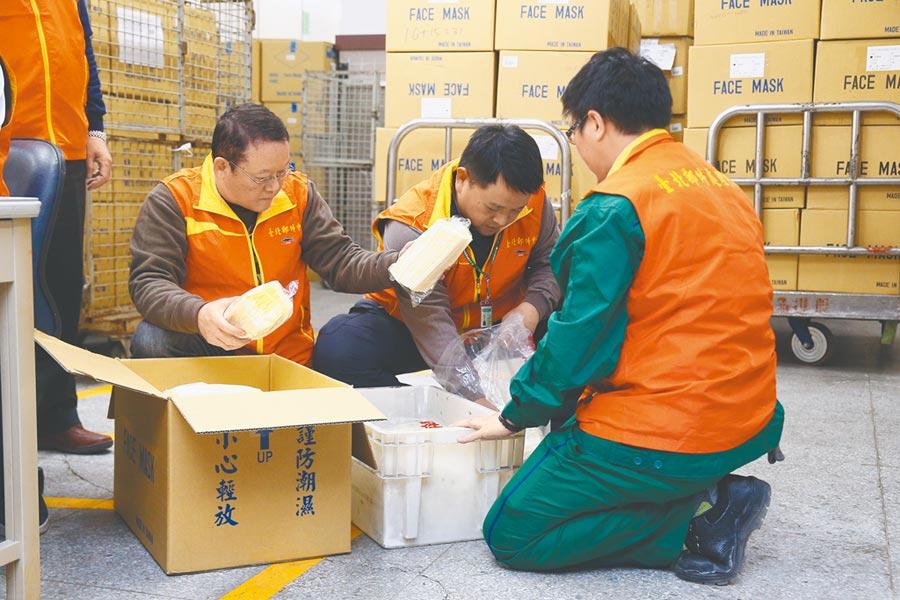 新冠肺炎NCP疫情持續發燒,中華郵政於台北郵政處理中心防疫倉庫統一配送口罩至各地。  (杜宜諳攝)