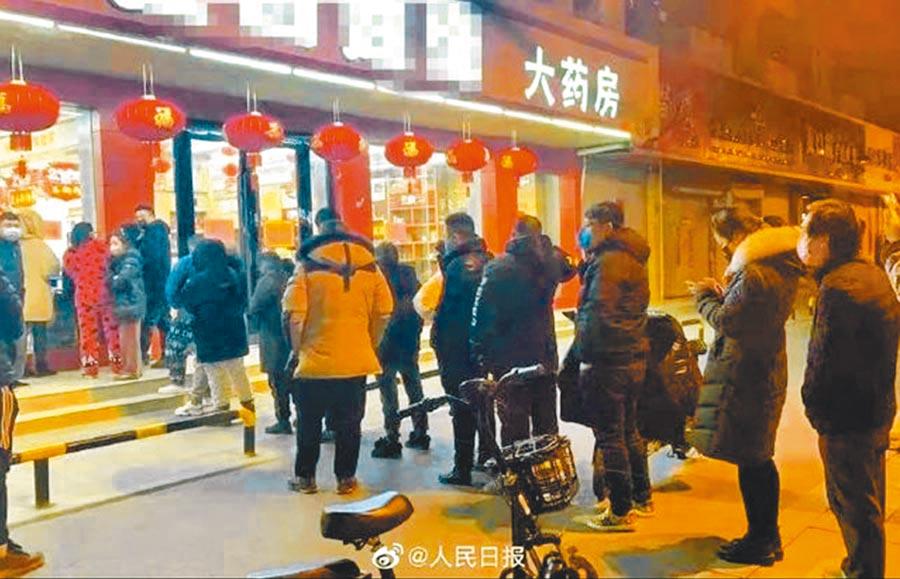 大陸民眾在藥房排隊購買雙黃連口服液。(取自新浪微博@人民日報)