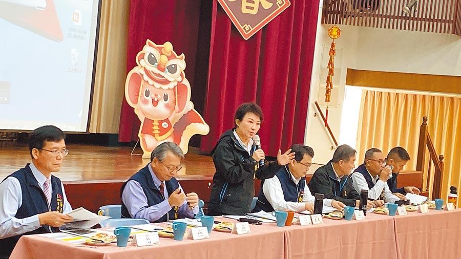 台中市長盧秀燕(左二)在市政會議表示,台中市防疫總動員,目前1152人接受居家檢疫,全數掌控「零」落跑及失聯。(陳淑芬攝)