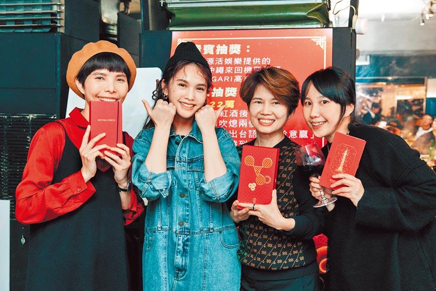 楊丞琳(左二)日前設宴感謝辛苦的工作人員。(樹與天空提供)