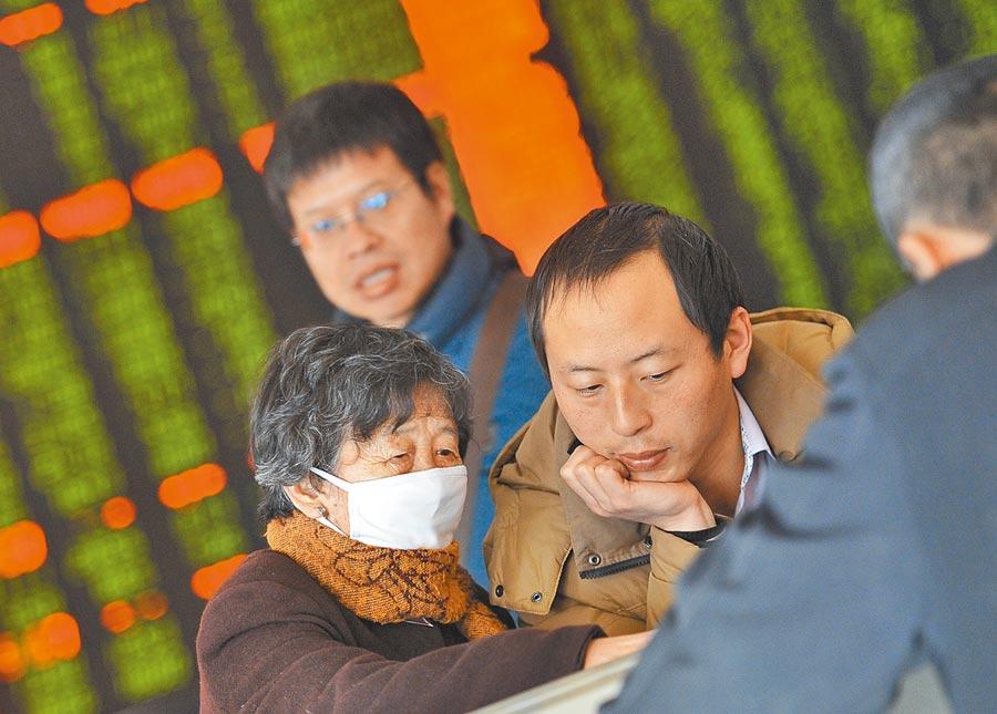 山西太原一證券營業部,一名戴口罩的老股民與股友商量對策。(中新社資料照片)
