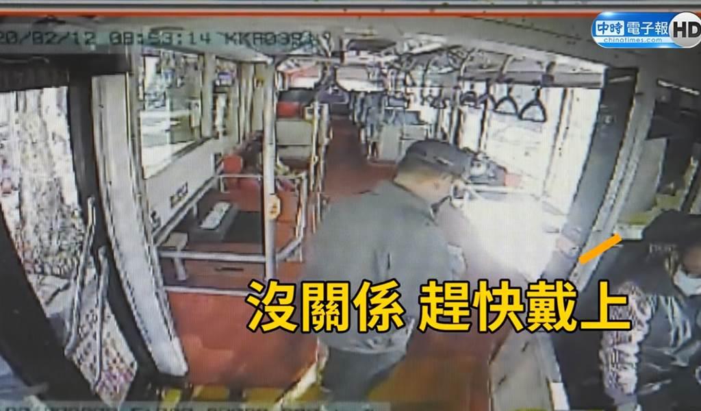 客運司機主動提供口罩請未配戴乘客戴上,暖舉獲得民眾肯定。(照片/客運業者 提供)
