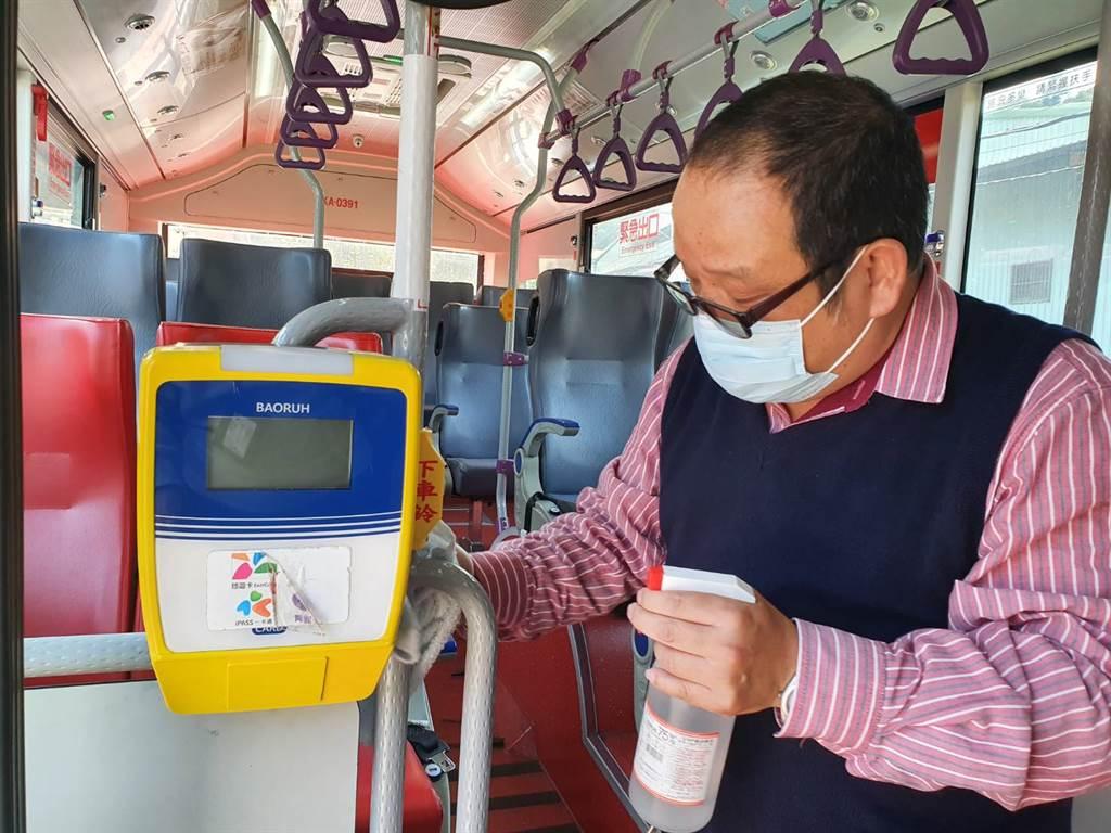客運業者重視車廂衛生,每兩小時會使用酒精、漂白水消毒車上環境。(照片/游定剛 拍照)