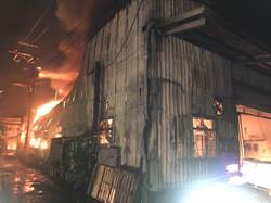 土城塑膠工廠起火照亮夜空 延燒3廠房約700坪