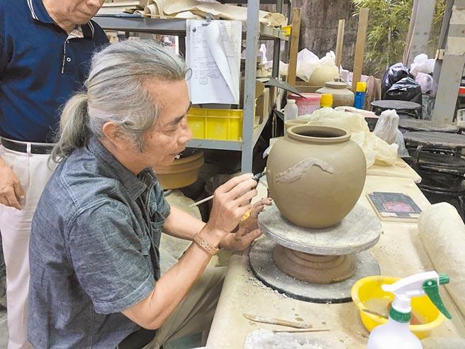 集集添興窯「傳統南投陶裝飾技法」獲登錄為傳統工藝,林清河為技藝保存者。(林清河提供/廖志晃南投傳真)