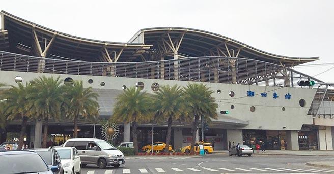 潮州火車站鐵路高架化後,外觀現代感十足,但仍令人難忘它為潮州帶來的百年風華。(謝佳潾攝)