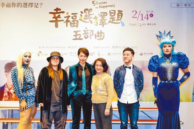 丁寧(左)跟楊麗音在片中湊對,有情慾流動的演出。(GagaOOLala提供)