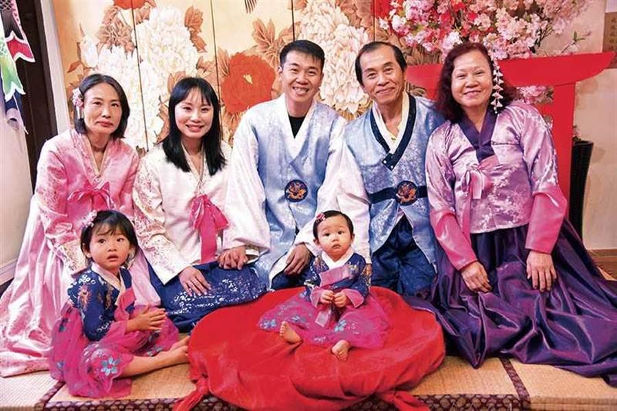 將客戶當朋友的呂昱騰,樂於在臉書分享與家人的生活點滴,無形中拉近與客戶的距離。(圖/呂昱騰提供)