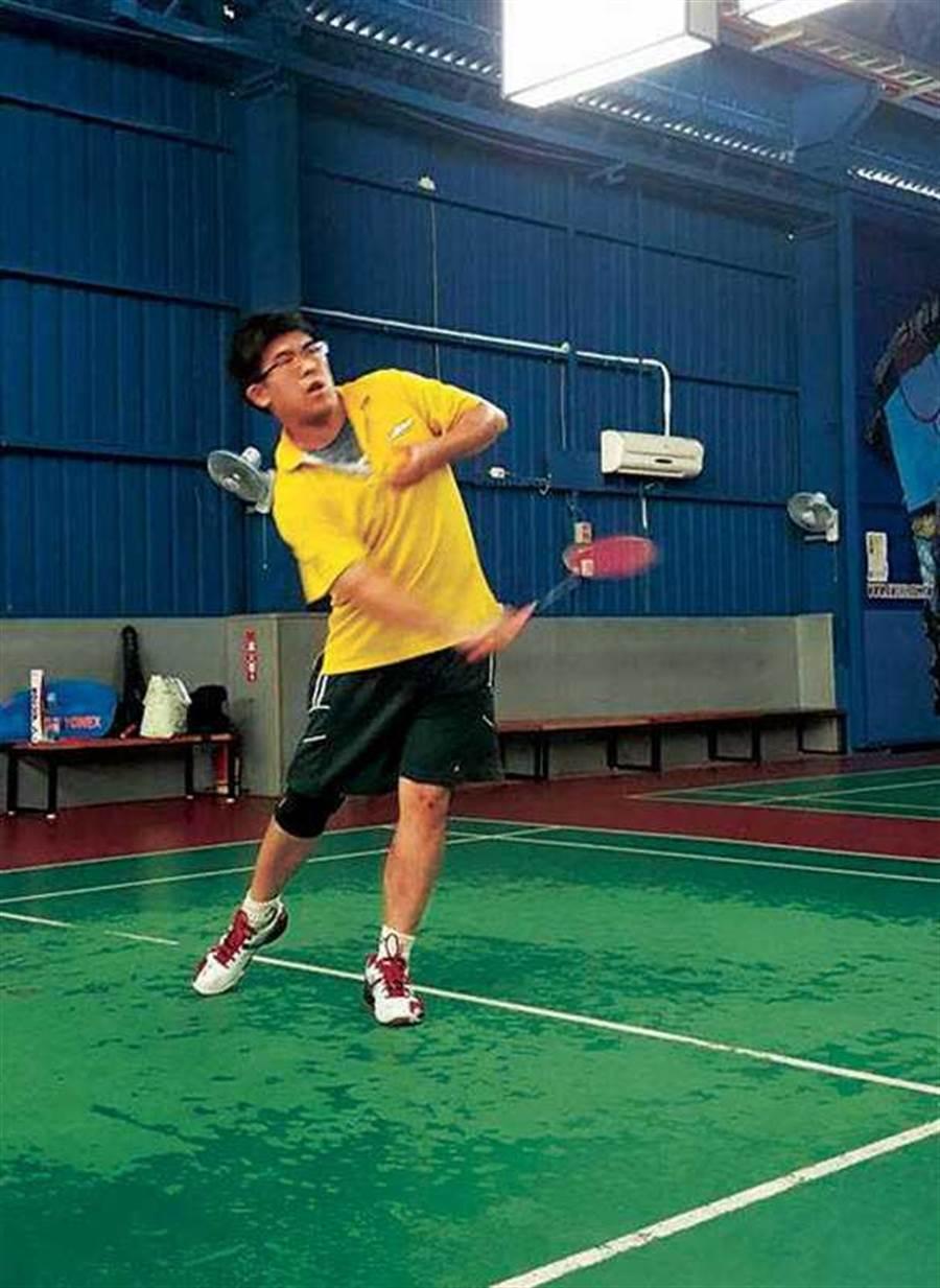 高中開始打羽球的沈立岡,在大學時期運輸盃名列前三。圖為他參加公勝保經主辦的南區羽球賽。(圖∕沈立岡提供)