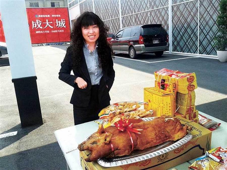 2012年「成大城」開賣第二個月,顏國芳一個月內賣31戶,獎金破百萬,還為此買烤乳豬拜拜答謝神明。(圖/顏國芳提供)