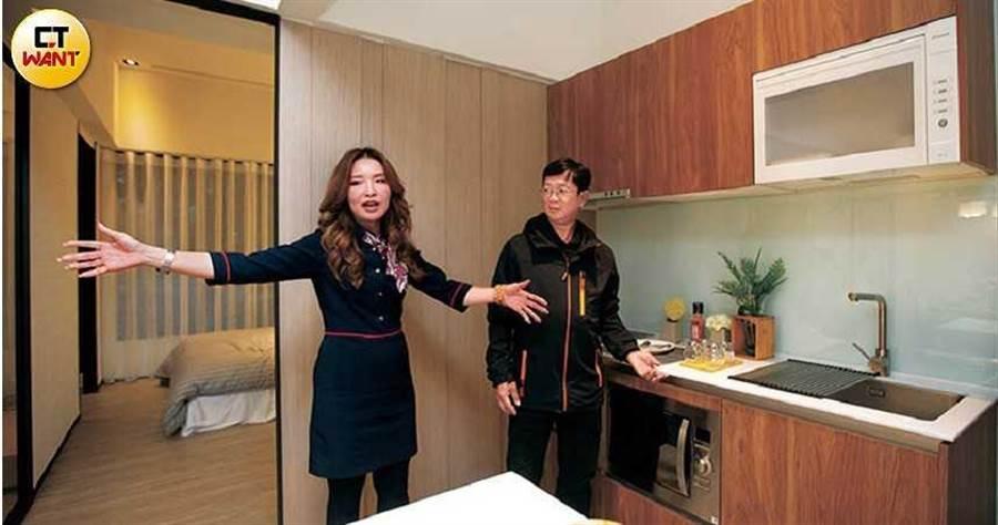 顏國芳認為,每一位上門的客戶都得來不易,因此不論客人最後買不買單,她都熱情接待、用心幫客人介紹與分析。 (圖/黃威彬攝)