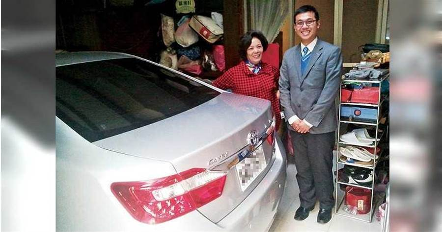 剛入行時,呂昱騰花了半年時間才成交第一部車,當年的客戶至今已成為好朋友。(圖/呂昱騰提供)