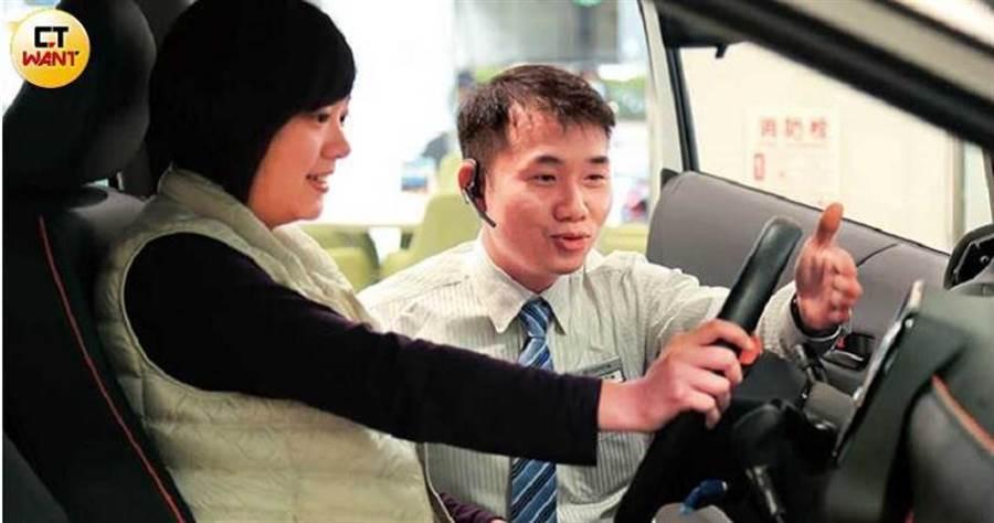 自認表達能力不好的呂昱騰,靠著誠懇的服務態度,讓不少客人買單。(圖/周志龍攝)