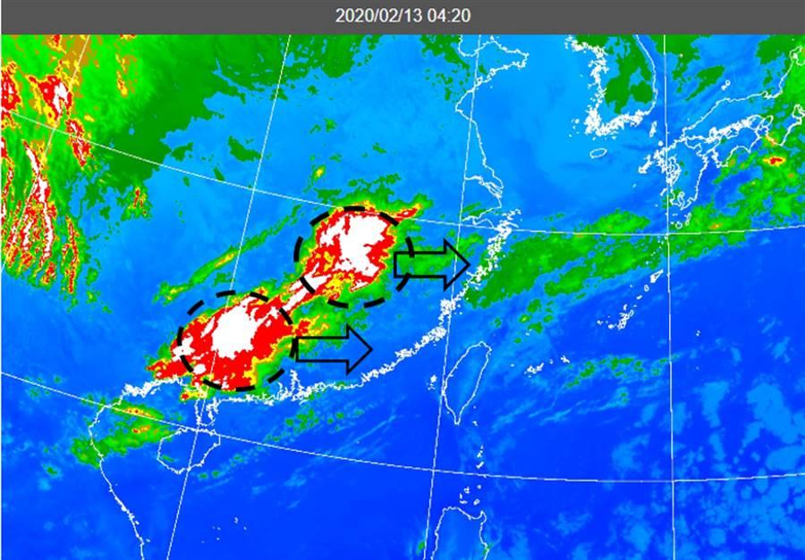 今晨4:20紅外線衛星雲圖(圖)顯示,鋒面前對流雲系(黑虛圈)、伴隨雷擊,在華南消消長長、逐漸向台灣接近中。(圖擷自氣象應用推廣基金會)