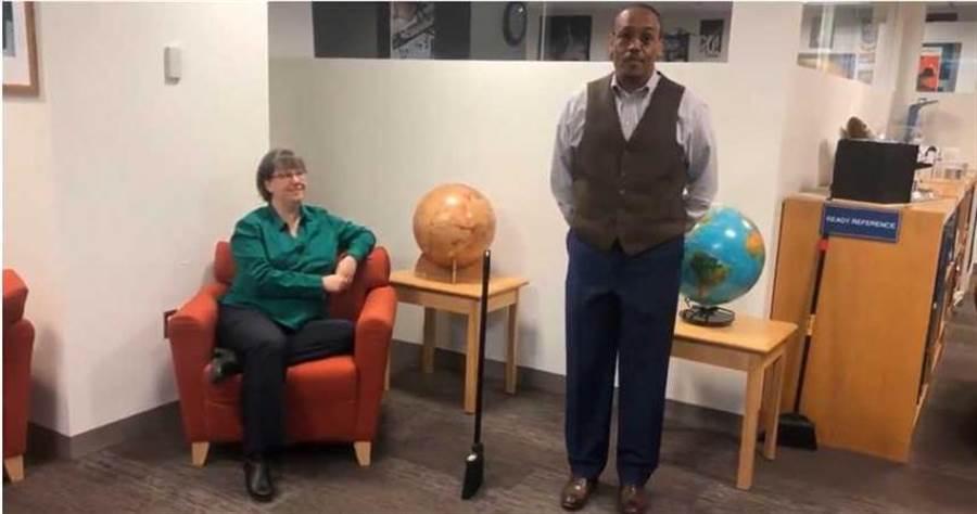 太空人德魯(Alvin Drew)和科學家諾布爾(Sarah Noble)親自示範。(圖/NASA推特)