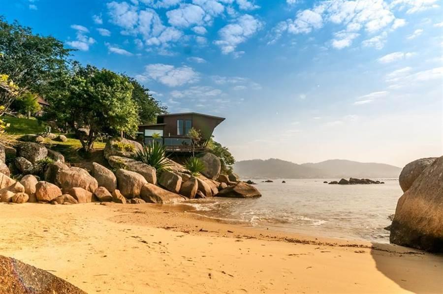 Airbnb 2019年心願名單第一名,坐擁私人海濱現代別墅,在巴西聖卡塔琳娜州。(圖/Airbnb提供)