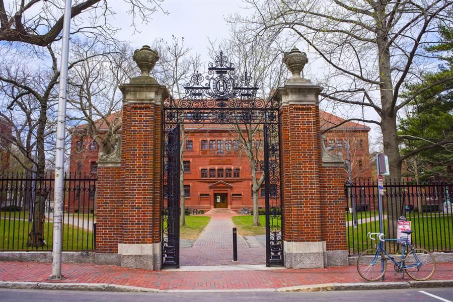 哈佛大學、耶魯大學等美國多所高等教育機構被發現未申報和大陸、沙烏地阿拉伯等高達65億美元資金往來及捐贈,美國教育部已經展開調查。(資料照/shutterstock)