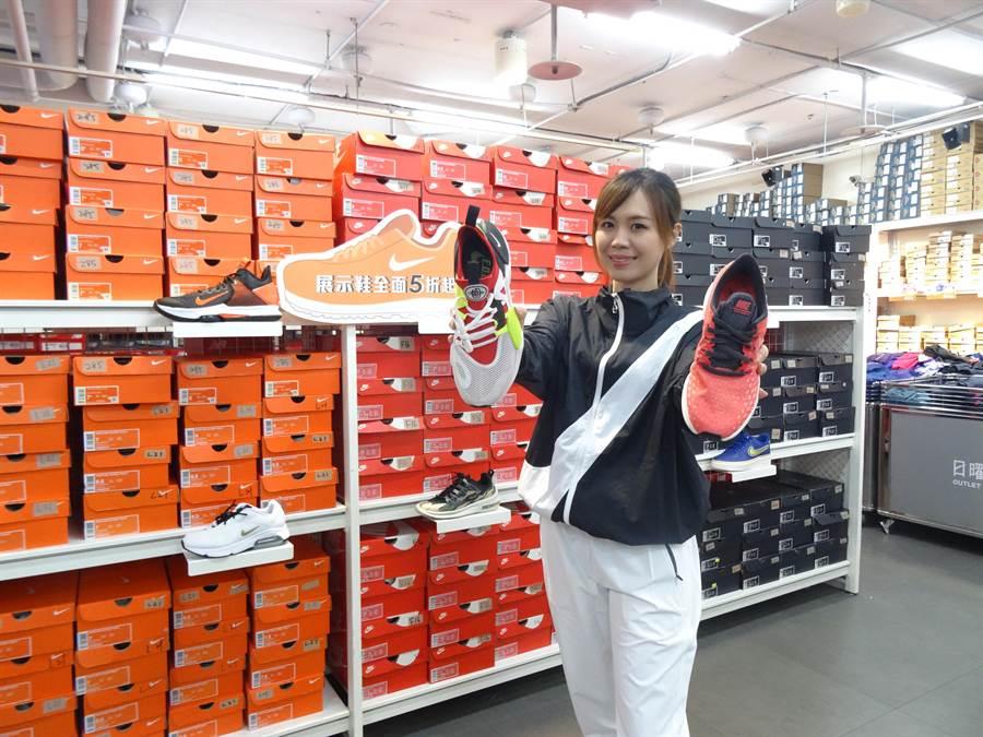台中日曜天地OUTLET聯手球鞋霸主NIKE,於2月14日至2月23日,快閃10天舉辦NIKE展示鞋清倉會。(馮惠宜攝)