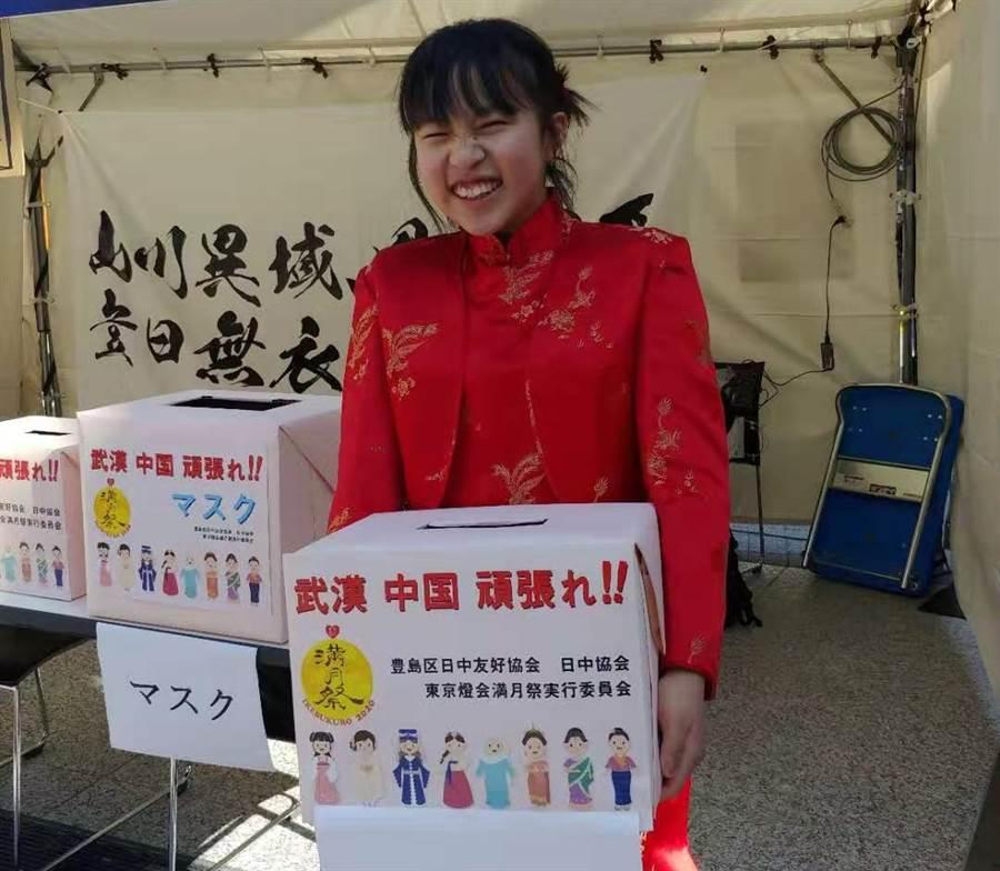 一名14歲日本女孩頂著寒風,在東京池袋西口公園的燈會滿月祭特設募款攤區替武漢募款,她抱著募款箱從早到晚向路人90度鞠躬,深深感動陸網民。(新華社)
